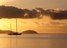 Guld- soluppgång över de tropiska öarna Arkivfoton