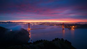 guld- soluppgång för broport Arkivbilder
