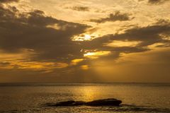 Guld- soluppgång i havet Royaltyfria Foton