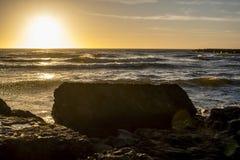 Guld- soluppgång på det baltiska havet Arkivfoto