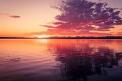 Guld- soluppgång på sjön Royaltyfri Bild