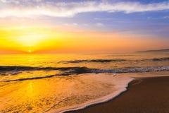 Guld- soluppgångsolnedgång över havshavvågorna Arkivbild