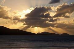 Guld- soluppgång över de tropiska öarna Arkivbild