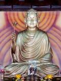 Guld-som Buddhastatyn royaltyfria foton