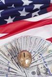 Guld- spargris på dollar med amerikanska flaggan Royaltyfria Foton