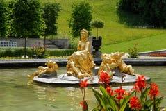 Guld- springbrunn framme av den Linderhof slotten i Bayern (Tyskland) Royaltyfria Foton