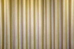 Guld- stängd gardin med den ljusa fläcken på etappen Arkivfoto