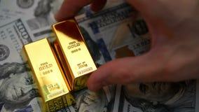 Guld- stänger och dollar på en tabell lager videofilmer