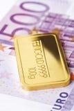 Guld- stänger och eurosedel Fotografering för Bildbyråer