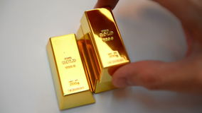 Guld- stänger på den vita tabellen