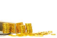 Guld- stång och guld- mynt Royaltyfri Foto