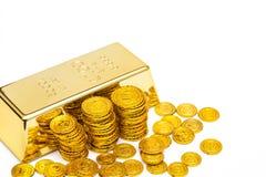 Guld- stång och guld- mynt Fotografering för Bildbyråer