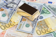 Guld- stång på dollar och euro Royaltyfri Fotografi