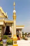 Guld- stöttepelare i den kungliga krematoriet för konungen Bhumibol Adulyadej på November 04, 2017 Royaltyfri Foto