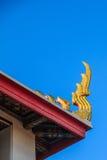 Guld- stainglass på det thai taket för wat Arkivbild