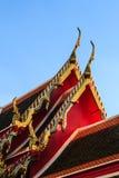 Guld- stainglass på det thai taket för wat i solsken Arkivbilder