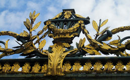 Guld- staket med prydnaden Arkivfoto
