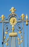 Guld- staket med prydnader och symbolet av solen Arkivbilder