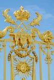 Guld- staket med prydnader och symbolet av solen Arkivfoton