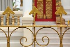 Guld- staket på den thailändska templet Arkivfoto