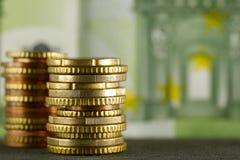 Guld- staplade euromynt royaltyfria bilder