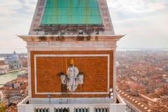 Guld- staty av ängeln överst av klockatornet i Sts Mark fyrkant arkivbilder