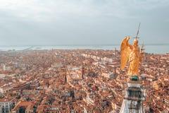 Guld- staty av ängeln överst av klockatornet i Sts Mark fyrkant royaltyfri fotografi