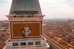 Guld- staty av ängeln överst av klockatornet i Sts Mark fyrkant fotografering för bildbyråer