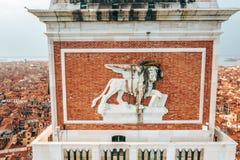 Guld- staty av ängeln överst av klockatornet i Sts Mark fyrkant arkivfoton