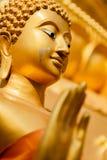 Guld- staty av Buddha i det Mae Sot landskapet, Thailand. Royaltyfri Bild
