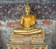 Guld- staty av buddha i Thailand Royaltyfria Foton