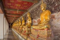 Guld- staty av buddha i Thailand Royaltyfria Bilder