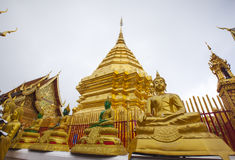 Guld- staty av buddha i Wat Phra That Doi Suthep Fotografering för Bildbyråer