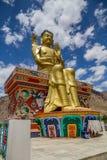 Guld- staty av den framtida Buddha på det dekorerade podiet, Likir, Indien Arkivfoton