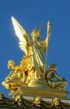 Guld- staty av en ängel på ett katolskt domkyrkatak Arkivfoto