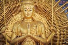 Guld- staty av Guan Yin med 1000 händer Guanyin eller Guan Yin I Royaltyfri Foto