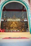 Guld- staty av Guan Yin med 1000 händer Guanyin eller Guan Yin I Royaltyfria Bilder