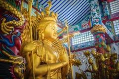 Guld- staty av Guan Yin med 1000 händer Guanyin eller Guan Yin I Fotografering för Bildbyråer