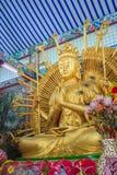 Guld- staty av Guan Yin med 1000 händer Guanyin eller Guan Yin I Royaltyfria Foton