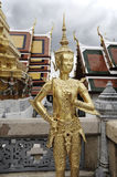 Guld- staty av Kinnorn på Wat Phra Kaew eller den Emerald Buddha templet i Bangkok, Thailand Royaltyfria Bilder