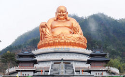 Guld- staty av Maitreya Royaltyfri Fotografi