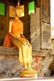 Guld- staty för Buddha i den kyrkliga Wat Suthattepwararam templet Royaltyfri Foto