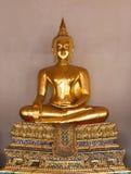 Guld- staty för Buddha i tempel Arkivfoton