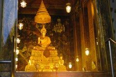 Guld- staty för Buddha med thai konstarkitektur i kyrkliga Wat Pho Temple av vilaBuddha Royaltyfria Bilder
