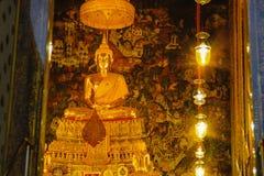 Guld- staty för Buddha med thai konstarkitektur i kyrkliga Wat Pho Temple av vilaBuddha Arkivfoton
