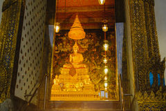 Guld- staty för Buddha med thai konstarkitektur i kyrkliga Wat Pho Temple av vilaBuddha Royaltyfria Foton