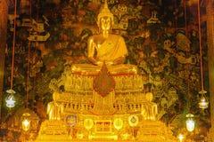 Guld- staty för Buddha med thai konstarkitektur i kyrkliga Wat Pho Temple av vilaBuddha Royaltyfri Bild