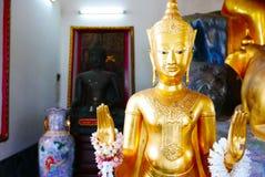 Guld- staty för Buddha och thai konstarkitektur Arkivbild