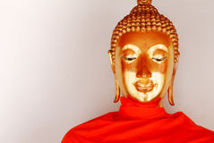 Guld- staty för Buddha och thai konstarkitektur Royaltyfri Bild
