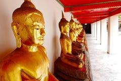 Guld- staty för Buddha och thai konstarkitektur Royaltyfria Foton